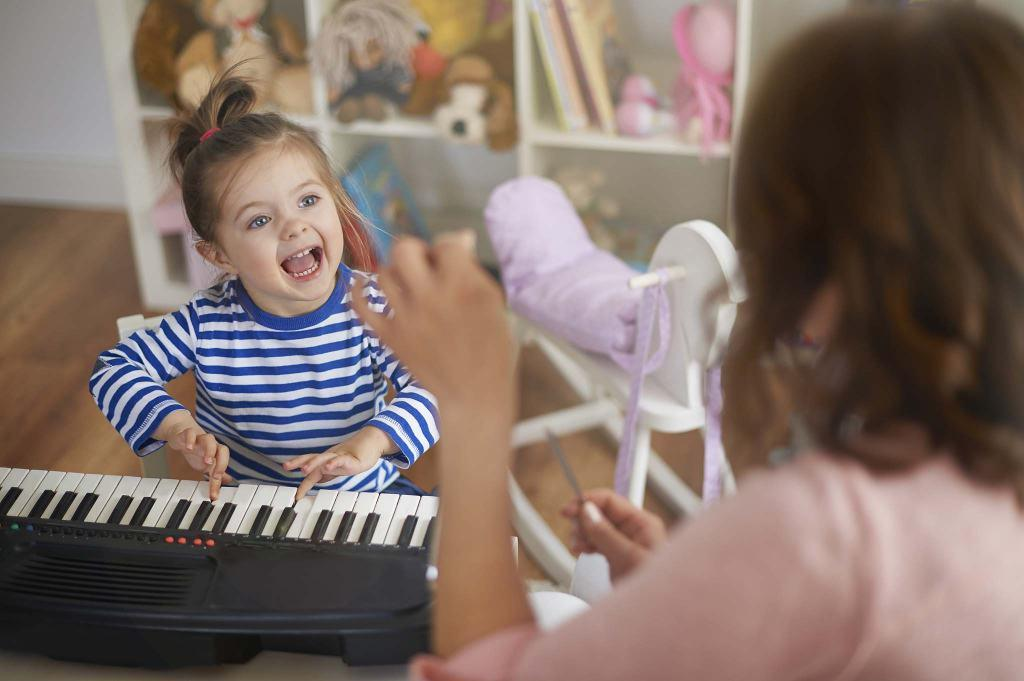 baby on piano